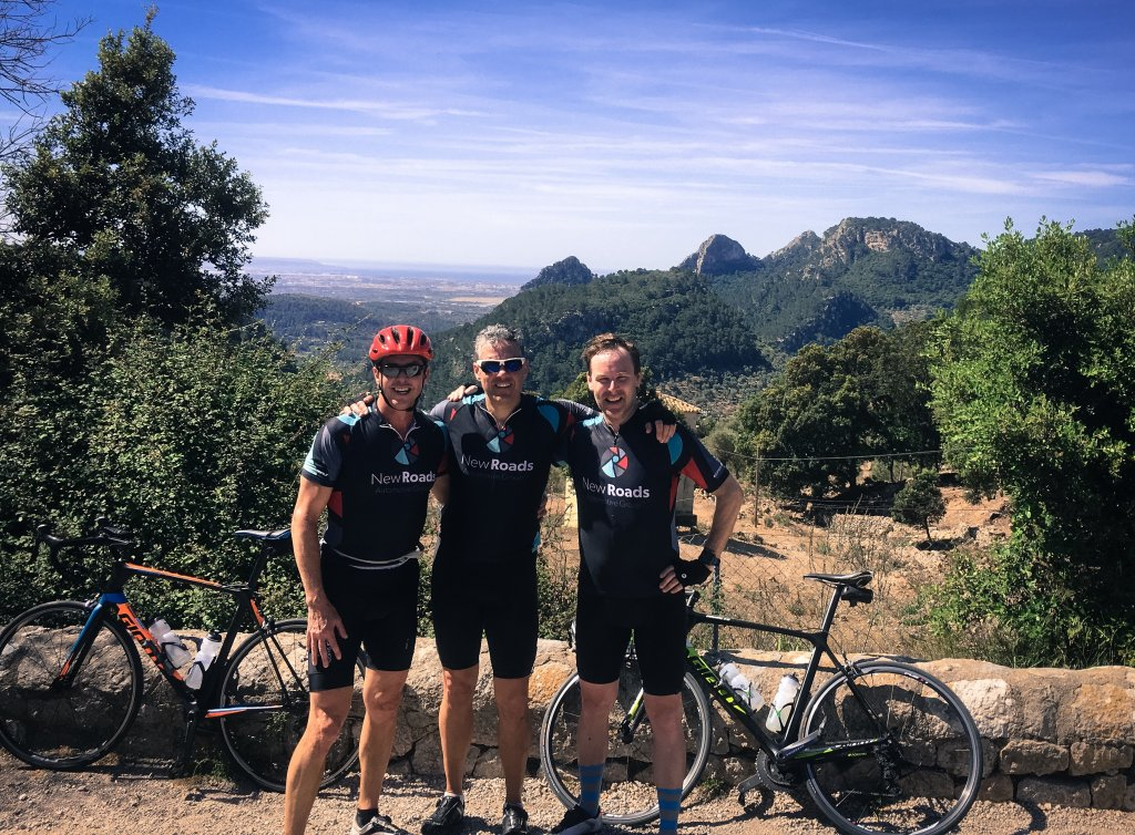 3 cyclistes qui prennent une photo